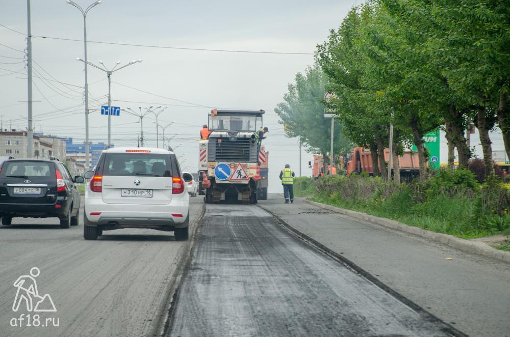 Срезают асфальт на 40 лет Победы от Калашникова до Ленина